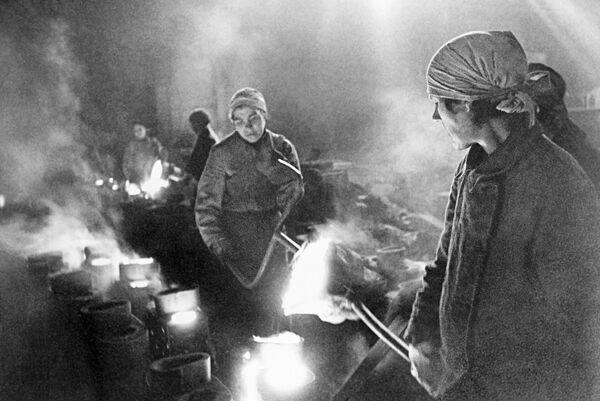 Ženy v továrně, dne 1. ledna 1942. - Sputnik Česká republika