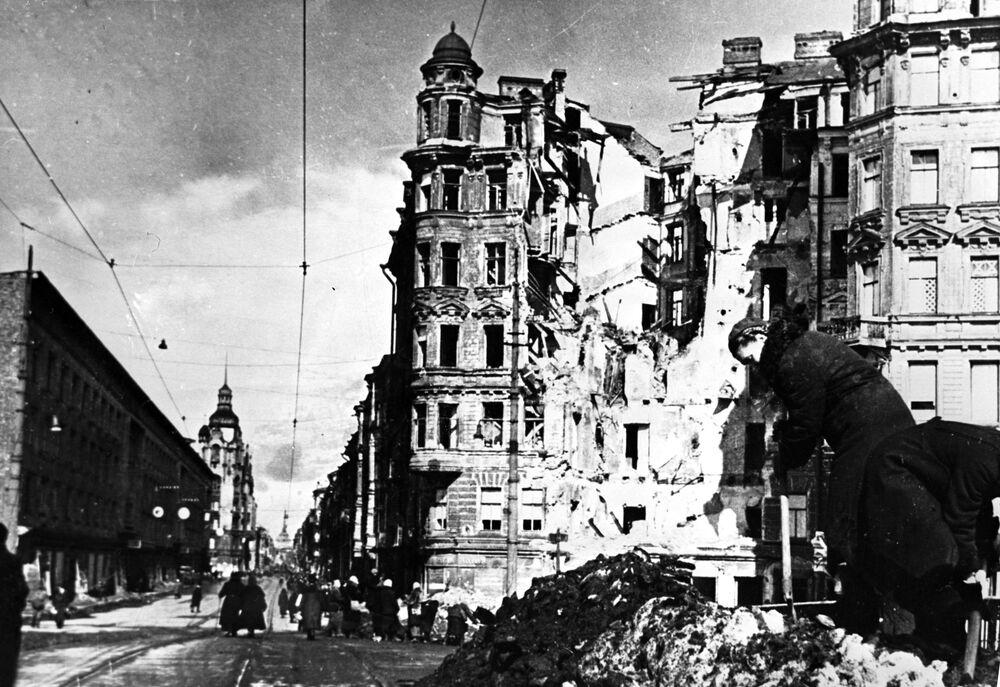 Ulice po bombardování německého letectva.