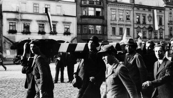 Polští vojáci odstraňují hraniční sloup na hranici Československa a Polska a pochodují na území Československa (2. 10. 1938). - Sputnik Česká republika