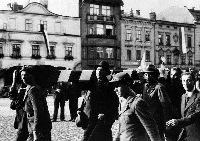 Polští vojáci odstraňují hraniční sloup na hranici Československa a Polska a pochodují na území Československa (2. 10. 1938).