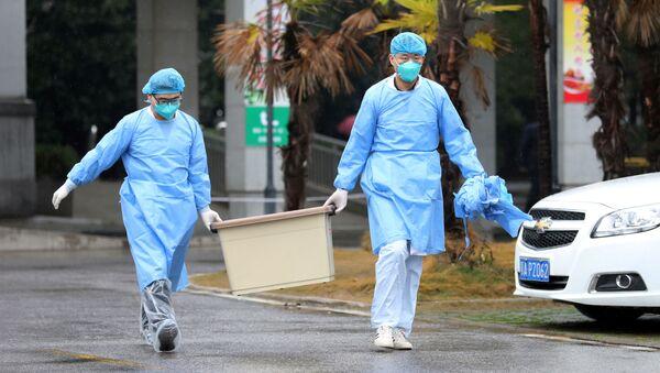 Lékařský personál u nemocnice ve Wu-chanu - Sputnik Česká republika