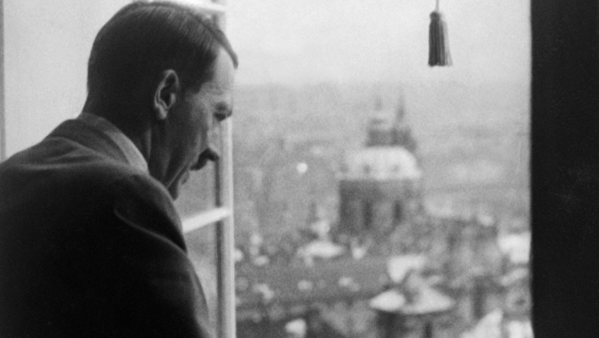 Adolf Hitler shlíží z oken Pražského hradu na Prahu - Sputnik Česká republika, 1920, 15.03.2021