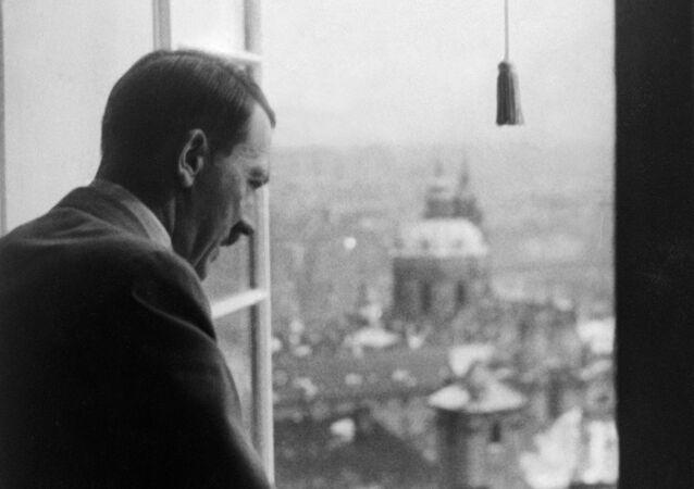 Adolf Hitler shlíží z oken Pražského hradu na Prahu