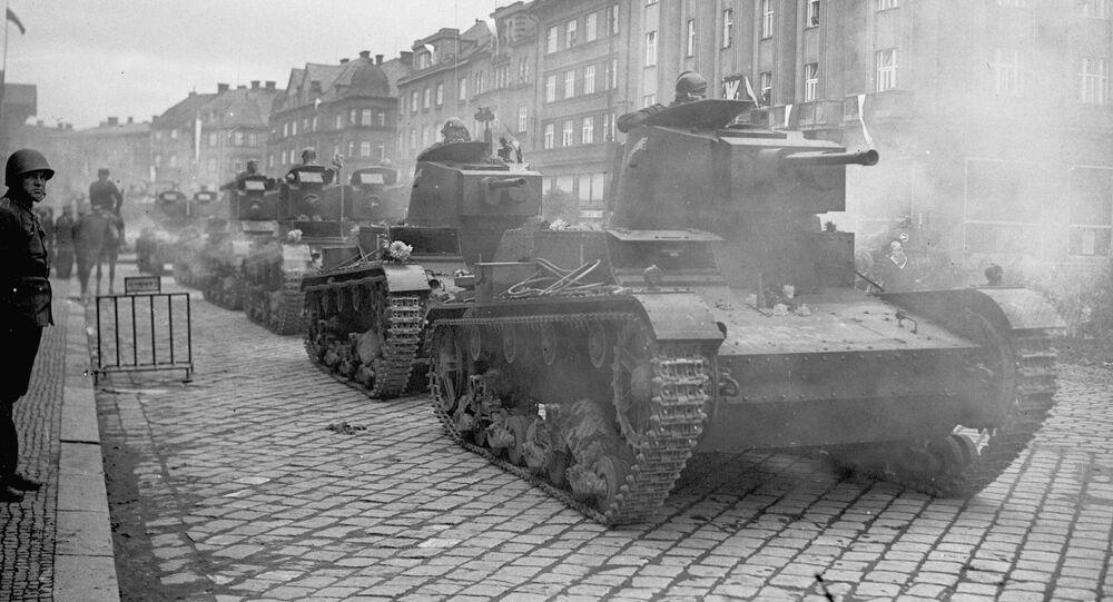 Polské tanky 7TP vstupují do českého města Těšín. Říjen 1938