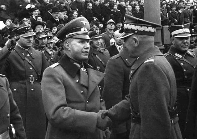 Tisk rukou polského maršála Edwarda Rydz-Śmigły a německého atašé plukovníka Bogislava von Studnitze na přehlídce na Den nezávislosti ve Varšavě dne 11. listopadu 1938