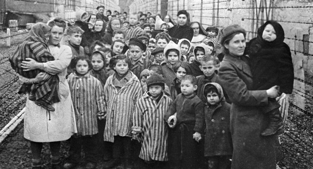 Sovětští lékaři a zástupci Červeného kříže v koncentračním táboře Osvětim několik hodin po jeho osvobození