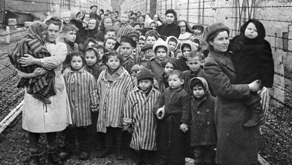 Sovětští lékaři a zástupci Červeného kříže v koncentračním táboře Osvětim několik hodin po jeho osvobození  - Sputnik Česká republika
