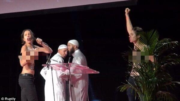 Topless aktivistky Femen pronikly na muslimské fórum v Paříži - Sputnik Česká republika