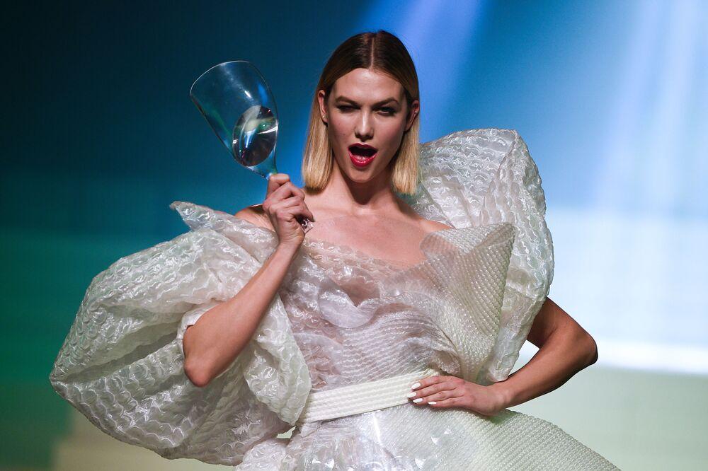 Supermodelka Karlie Kloss během závěrečné přehlídky módního návrháře Jeana-Paula Gaultiera na Pařížském týdnu módy
