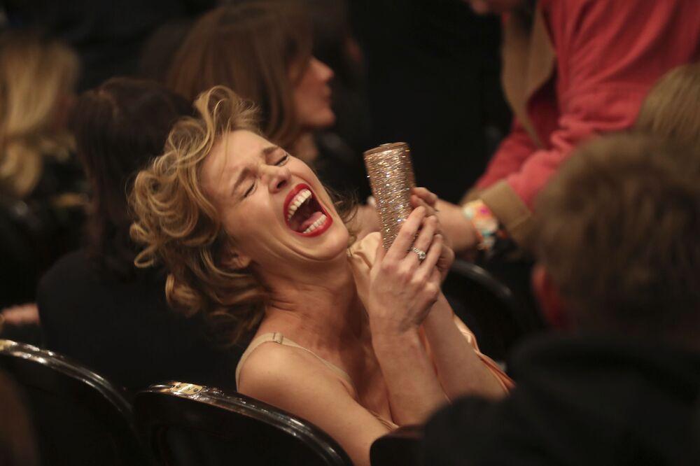 Topmodelka Eva Herzigová při závěrečné přehlídce módního návrháře Jeana-Paula Gaultiera na Pařížském týdnu módy