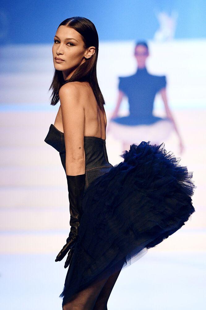 Modelka Bella Hadid během závěrečné módní přehlídky Jeana-Paula Gaultiera na Pařížském týdnu módy