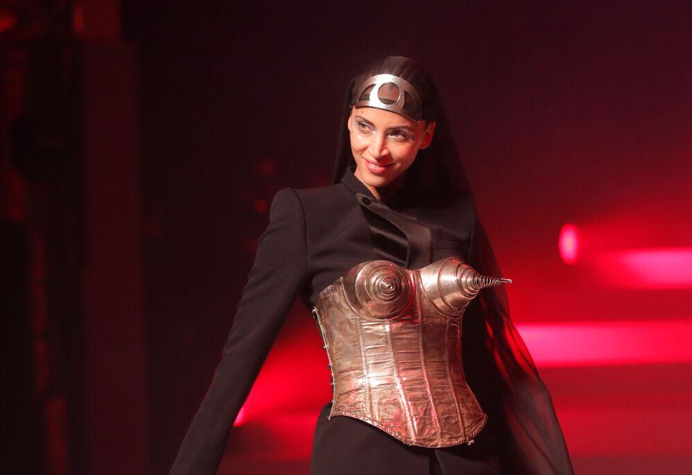 Závěrečná přehlídka návrháře Jeana-Paula Gaultiera na Pařížském týdnu módy