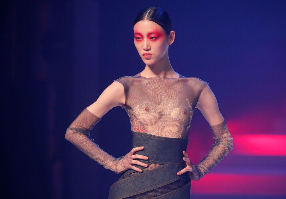 Modelka při závěrečné přehlídce módního návrháře Jeana-Paula Gaultiera na Pařížském týdnu módy