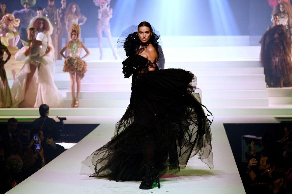 Modelka Irina Shayk během závěrečné přehlídky módního návrháře Jeana-Paula Gaultiera na Pařížském týdnu módy