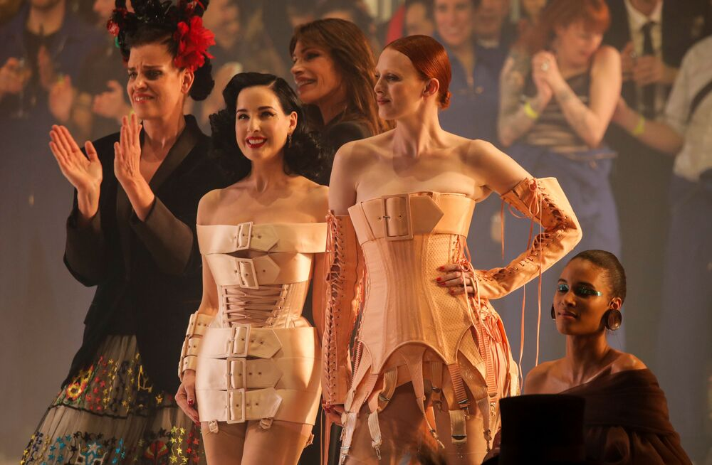 Dita Von Teese a modelky během módní přehlídky Haute couture Jean-Paul Gaultier jaro-léto 2020 v Paříži