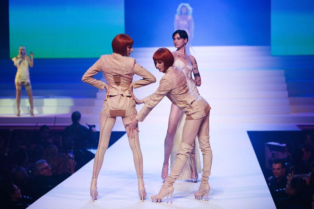 Modelky během módní přehlídky Haute couture Jean-Paul Gaultier jaro-léto 2020 v Paříži