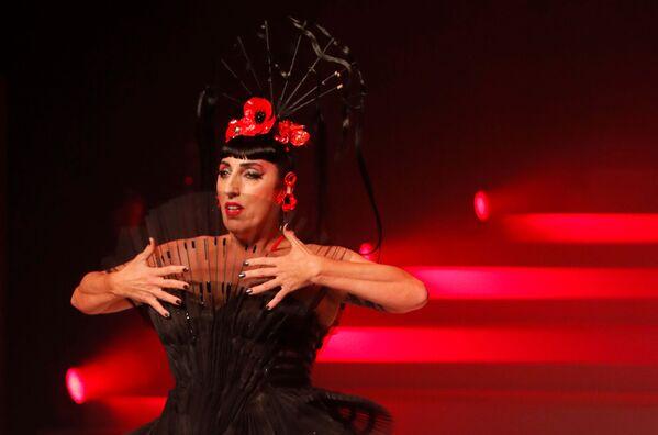 Herečka Rossi de Palma během módní přehlídky Haute Couture Jean-Paul Gaultier jaro-léto 2020 v Paříži - Sputnik Česká republika