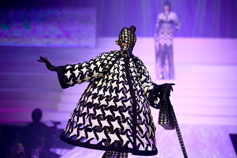 Modelka během módní přehlídky Haute couture Jean-Paul Gaultier jaro-léto 2020 v Paříži