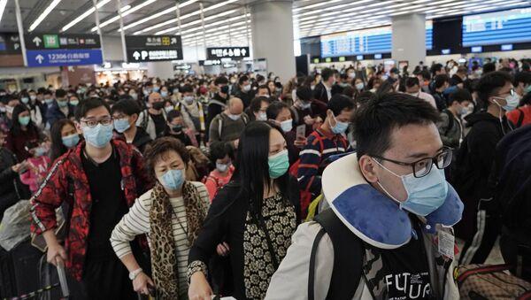 Cestující na nádraží v Hong Kongu  - Sputnik Česká republika