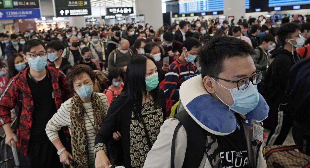Cestující na nádraží v Hong Kongu