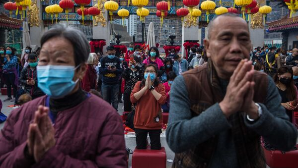 Lidé se modlí v chrámu Wong Tai Sin v Hongkongu v Číně - Sputnik Česká republika