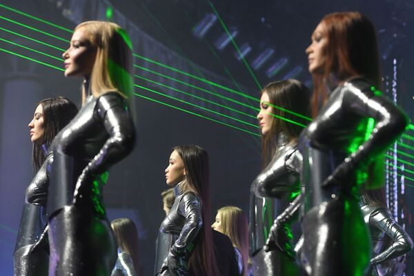 Během prvního vystoupení tančili vedle soutěžících dívek také muži v helmách s LED světly - Sputnik Česká republika