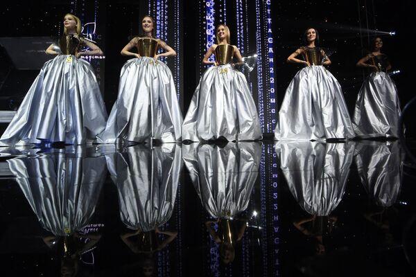 Desítky nejkrásnějších dívek Tatarstánu změnily svůj styl a objevily se na pódiu v načechraných šatech. - Sputnik Česká republika