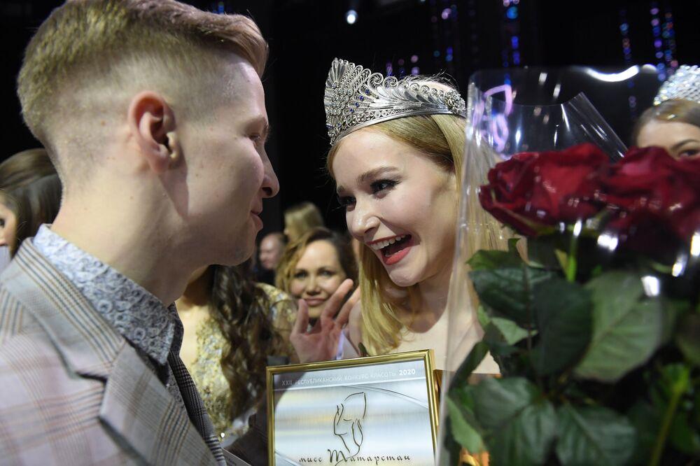 Vítězka soutěže Miss Tatarstán 2020 Anna Semjonová při slavnostním předávání korunky
