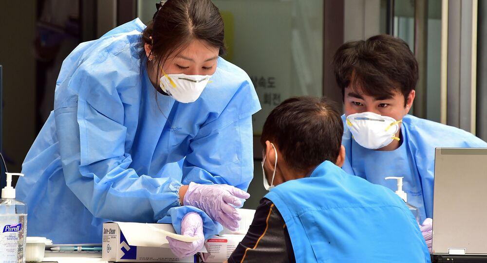 Čína oznámila posílení schopnosti koronaviru k přenosu