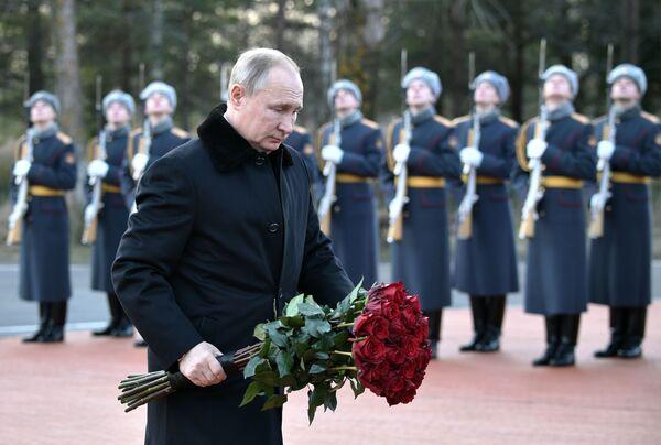 Ruský prezident Vladimir Putin na slavnostním pokládání květin u pomníku Rubežnyj kamen v Leningradské oblasti - Sputnik Česká republika