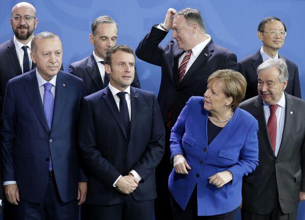 Generální tajemník OSN António Guterres, německá kancléřka Angela Merkelová, prezident Turecka Recep Erdogan a francouzský prezident Emmanuel Macron při slavnostním fotografování delegací účastníků mezinárodní konference o Libyi v Berlíně - Sputnik Česká republika