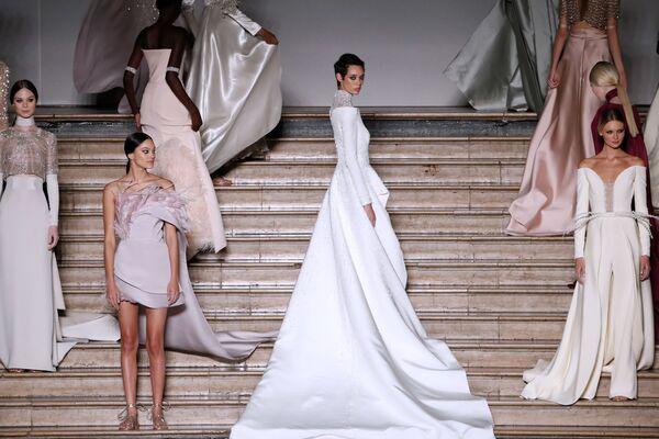 Modelky na přehlídce Antonia Grimaldiho na Fashion Week v Paříži - Sputnik Česká republika