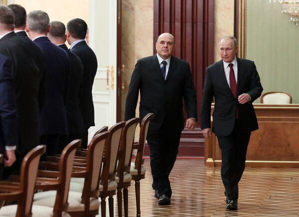 Ruský premiér Michail Mišustin a ruský prezident Vladimir Putin před setkáním s členy ruské vlády - Sputnik Česká republika