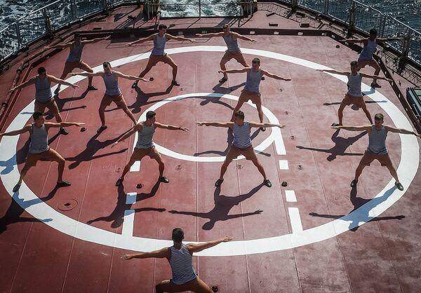 Kadeti cvičí na výzkumné lodi Admirála Vladimirského - Sputnik Česká republika