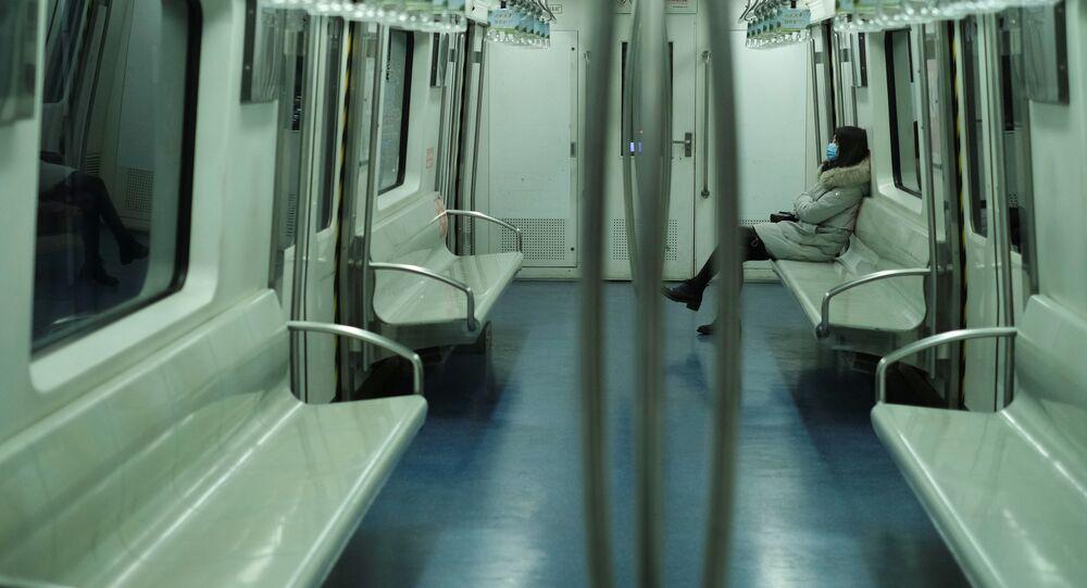 Dívka v pekingském metru