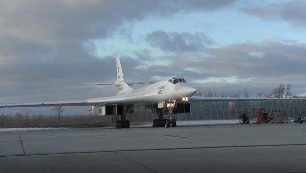 Video: Mladá generace ruských pilotů předvedla své schopnosti se strategickými bombardéry Tu-160 - Sputnik Česká republika