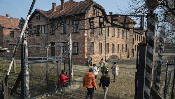 Návštěvníci muzea na území bývalého koncentračního tábora Osvětim - Sputnik Česká republika
