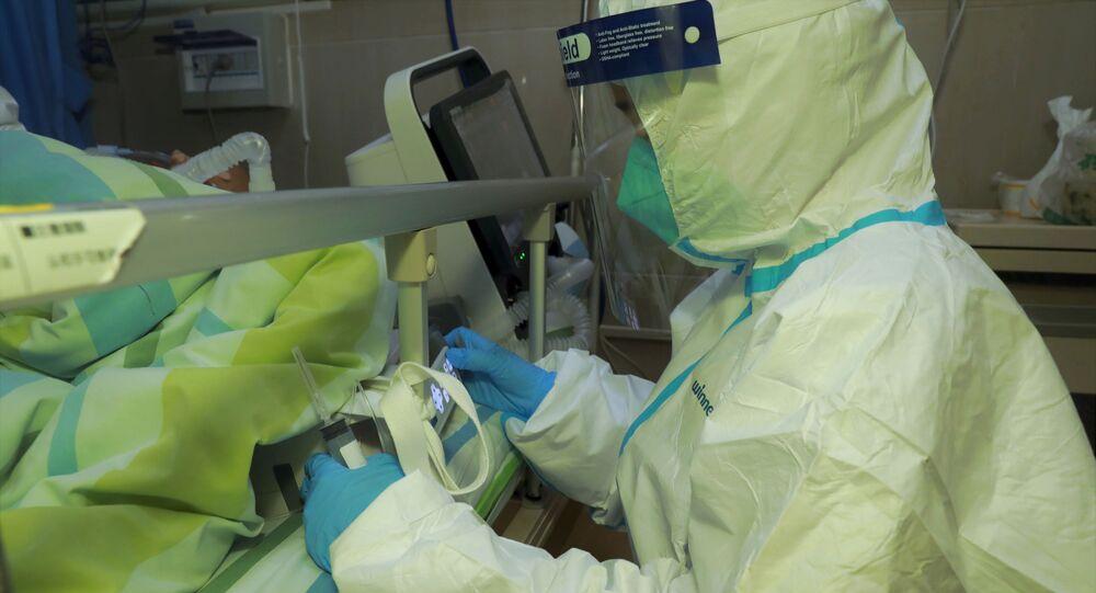 Lékař u pacienta s pneumonií, která byla způsobena novým koronavirem, ve Fakultní nemocnici Wu-Chan v Číně