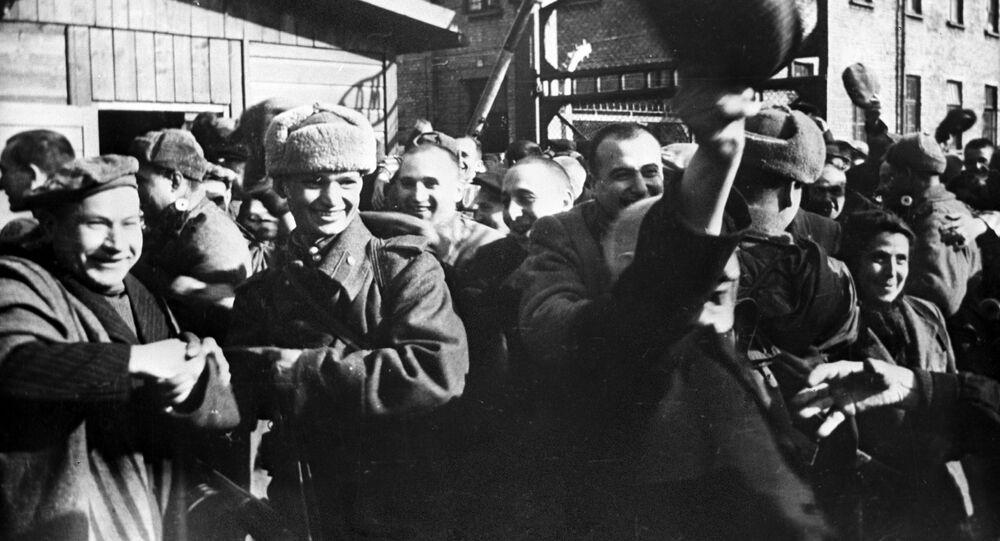 Vězni koncentračního tábora v Osvětimi těsně po jeho osvobození Rudou armádou