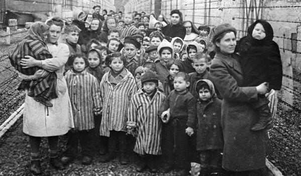 Sovětští lékaři a zástupci Červeného kříže mezi osvětimskými vězni v prvních hodinách po osvobození tábora - Sputnik Česká republika