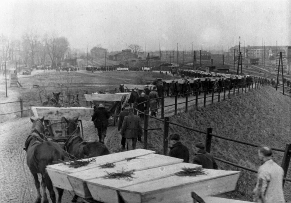 Pohřeb padlých vězňů osvobozených Rudou armádou koncentračního tábora Osvětim