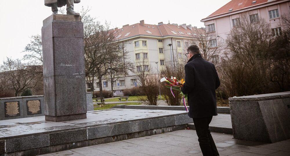 Mluvčí prezidenta České republiky Jiří Ovčáček u pomníku maršála Ivana Koněva