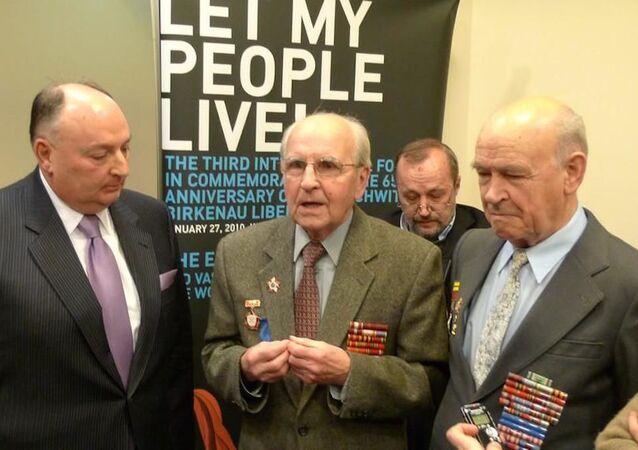 Wiaczesław Mosze Kantor spolu s veterány Iwanem Martynuszkinem a Jakovem Vinnikenkovem, kteří se podíleli na osvobození koncentračního tábora Auschwitz-Birkenau v polské Osvětimi.