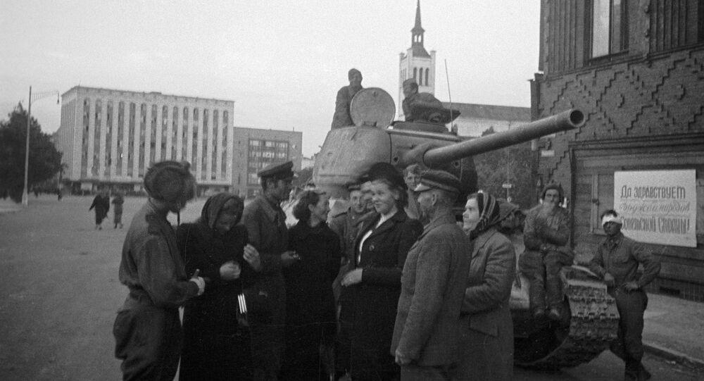 Obyvatelé Estonska mluví se sovětskými tankisty, kteří se podíleli na osvobození Tallinnu (1944)