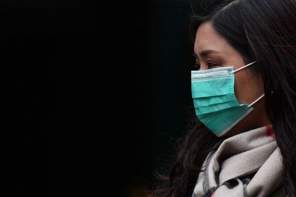 Žena v roušce v londýnské čínské čtvrti - Sputnik Česká republika
