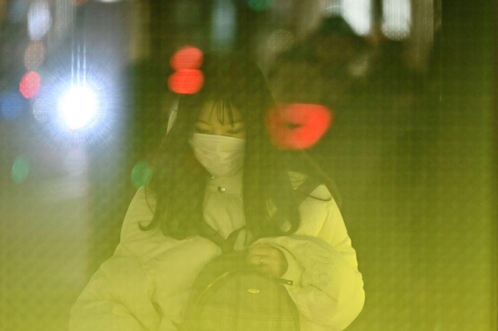 Dívka v roušce na ulici Tokia