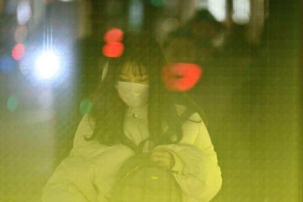 Dívka v roušce na ulici Tokia - Sputnik Česká republika