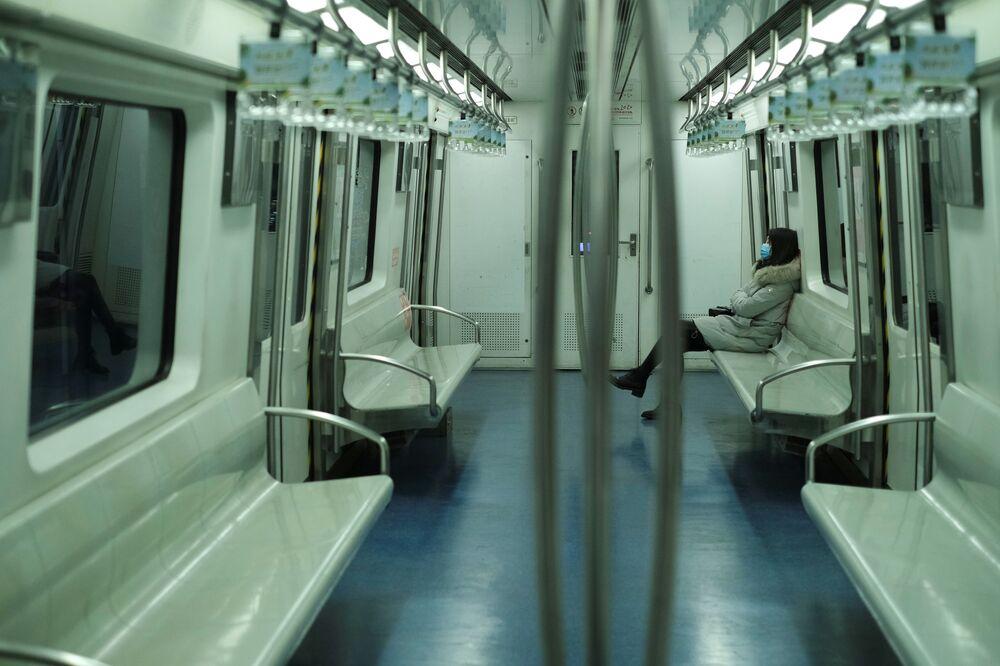 Dívka v roušce v pekingském metru
