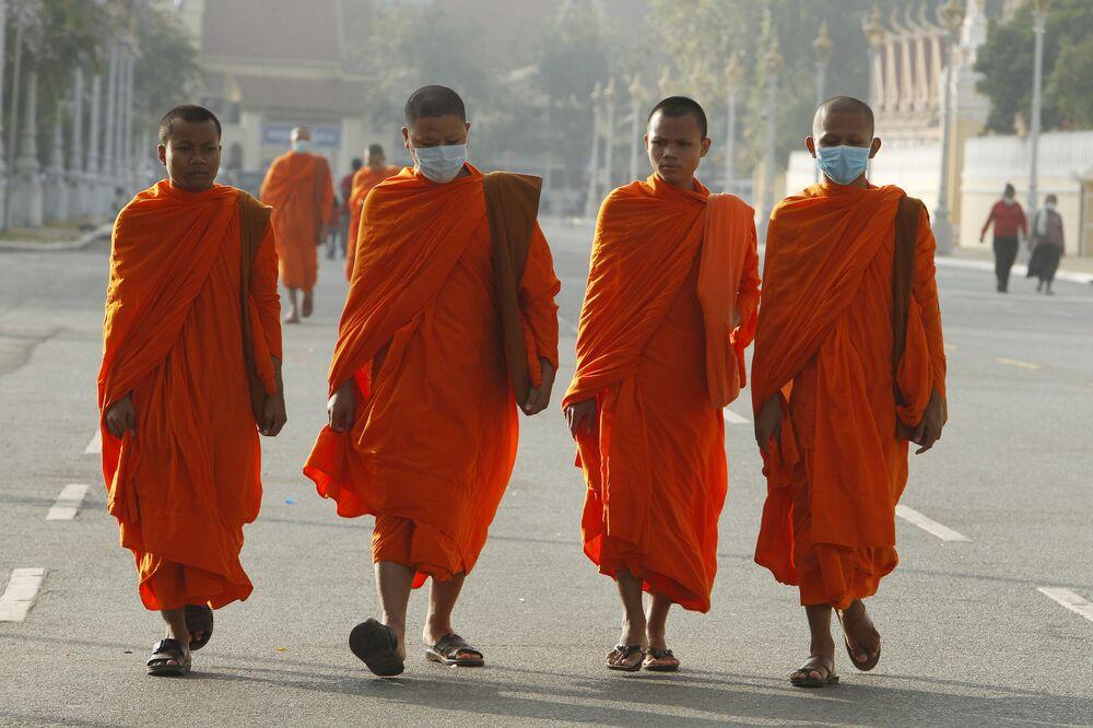 Buddhističtí mniši v rouškách v Kambodži