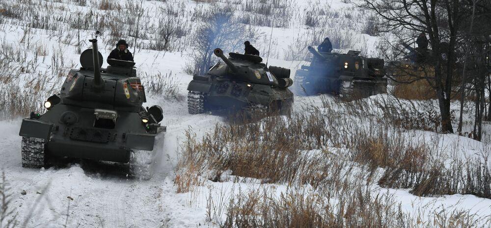 Tank T-34, tank IS-3, samohybné dělo ISU-152
